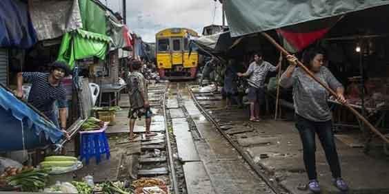 trem que passa 8 vezes ao dia em meio a um mercado