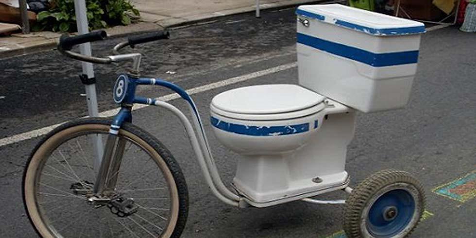 triciclo punk: metade bici, metade banheiro