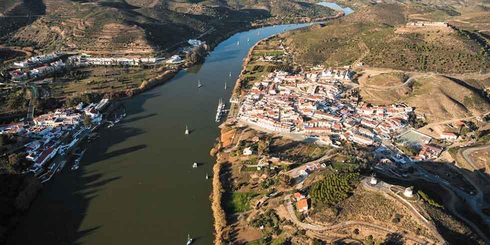 atravessar a fronteira entre Espanha e Portugal voando ao longo de um cabo de aço