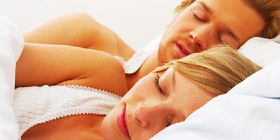 casais felizes dormem em sintonia