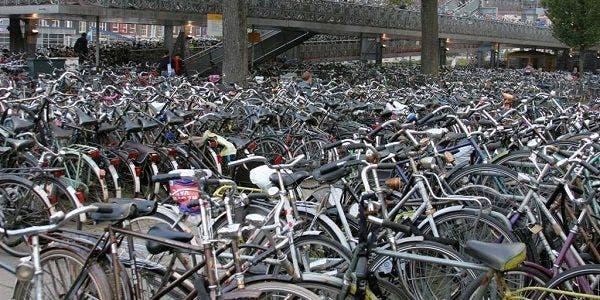 Em Amsterdam há bicicletas demais