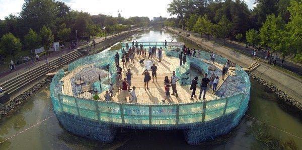 uma ponte construída com 157 mil garrafas PET
