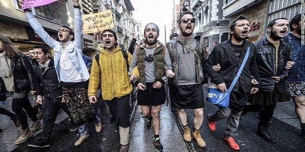 Homens turcos de minissaias contra a violência às mulheres
