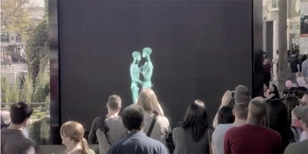 Duas pessoas se beijam atrás de uma tela