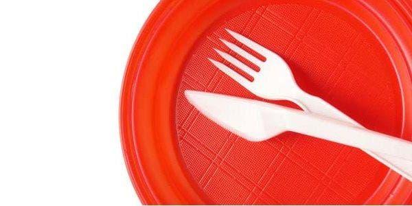 pratos e talheres descartáveis de plástico