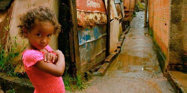 menina na favela