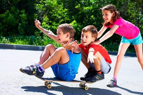 criancas brincando skate