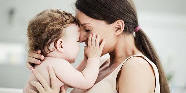abraçar um bebê