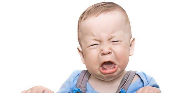 bebê bate a cabeça
