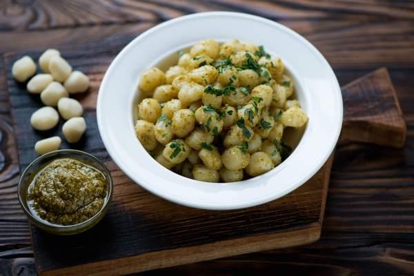 nhoque de batata doce com pesto de rúcula