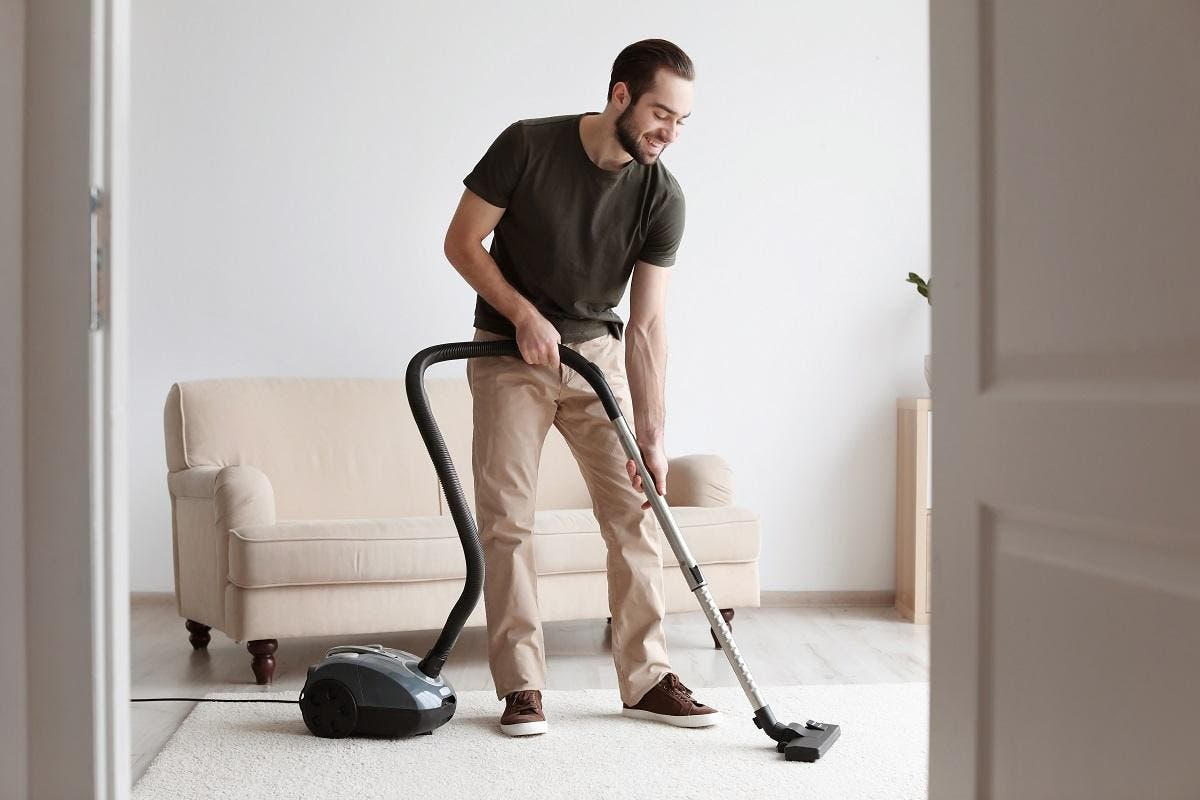 Homens que fazem limpeza doméstica