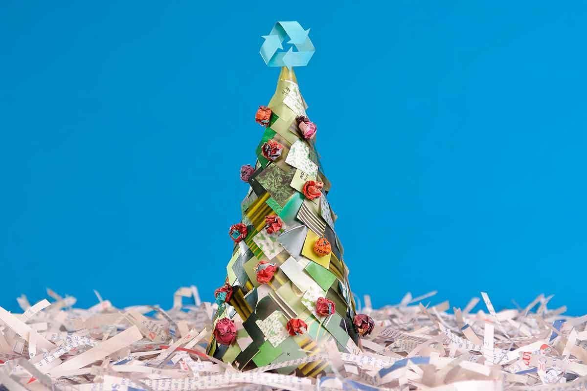árvore de Natal com materiais reutilizados